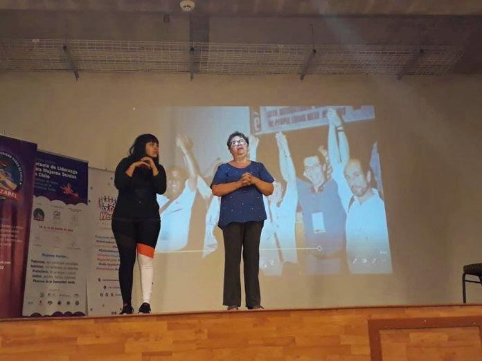 Intérprete de lengua de señas colabora para combatir e COVID-19