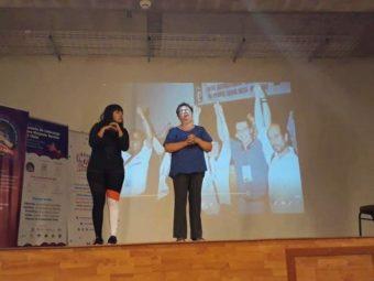 intérprete de lenguaje de señas colabora en COVID-19